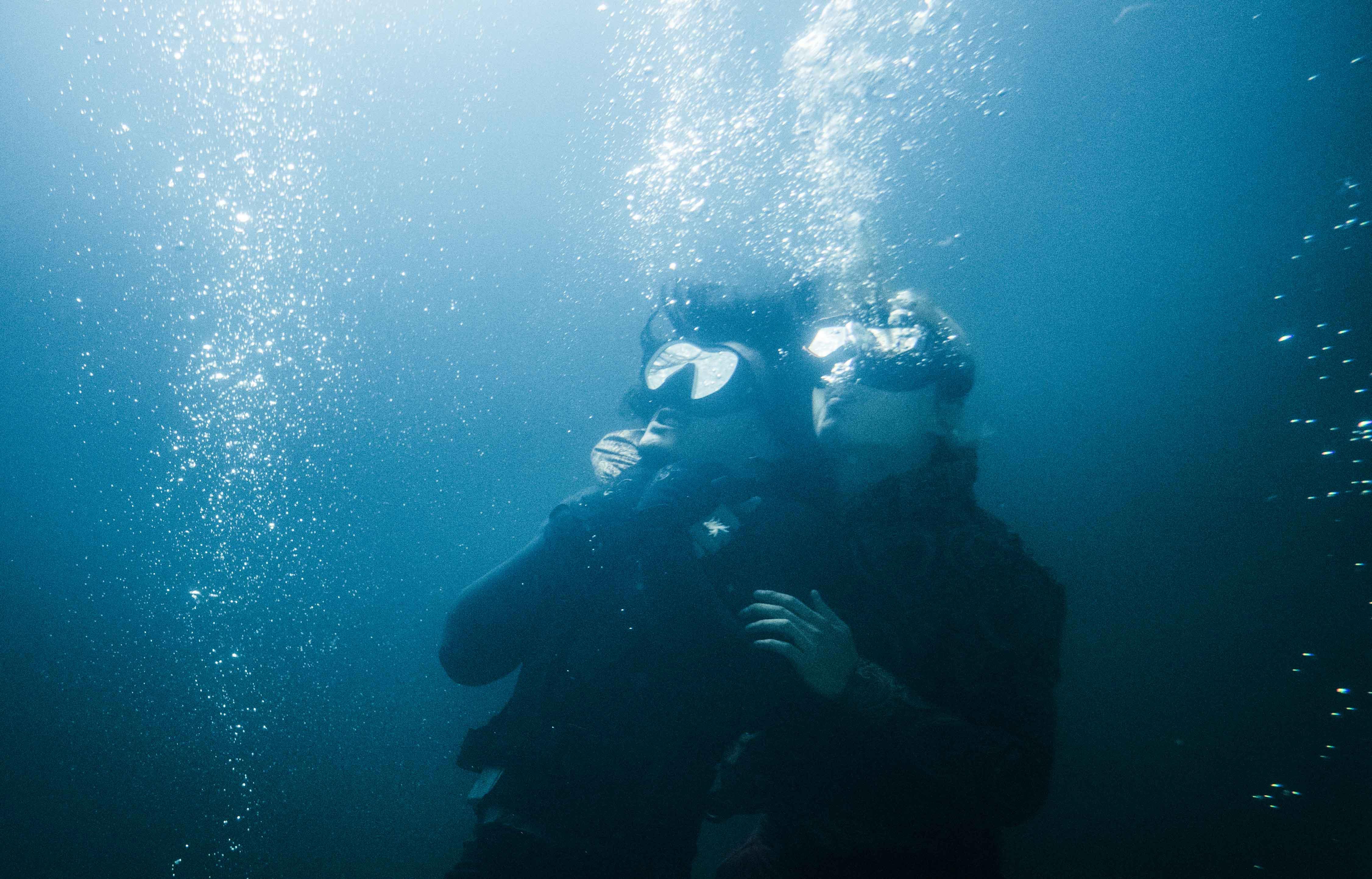 張晉(右)和余文樂(左)在水中纏鬥 搏命演出.JPG
